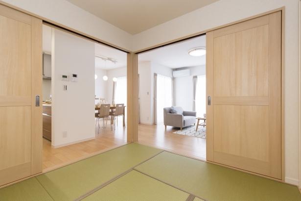 キッチン・リビング・ダイニングすべてを見渡せる和室はお子様を見守のに最適。