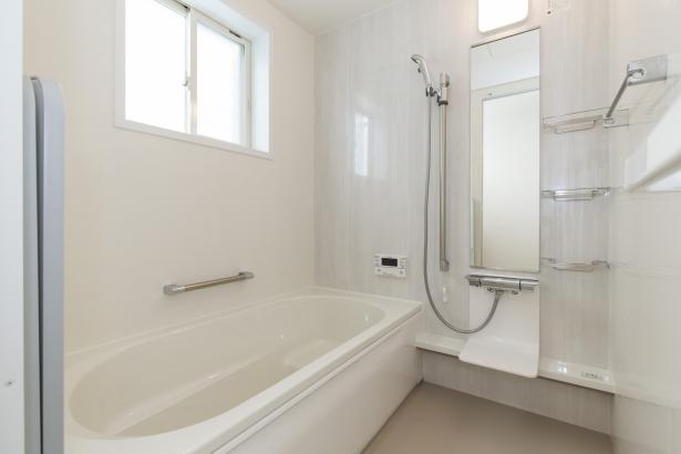 白のカラーで統一された清潔感のある浴室。