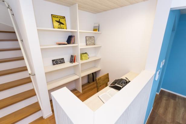 個人空間には読書好きに嬉しい壁一面の本棚付き。