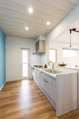 広々としたキッチンには、あると便利な食洗機やセンサー付き水栓も完備。