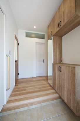 階段下を利用した収納もあります!大容量の収納付き玄関でスッキリ。