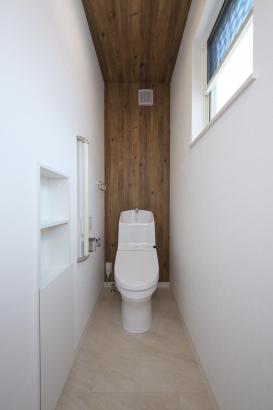 壁面収納付きでトイレ周りもスッキリ片付きます。