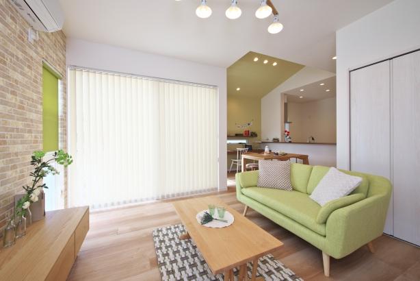 大きな窓から差し込む光が部屋全体を包み込む明るいリビング。