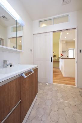 玄関⇔洗面所⇔LDKが一つながりで、手洗いの習慣が身に付きます。