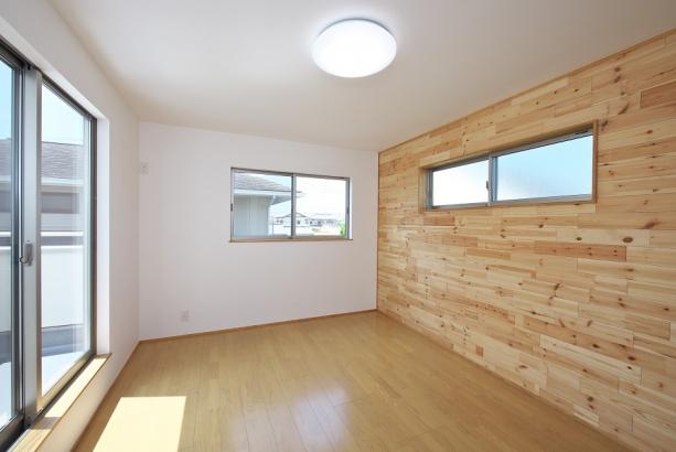 木材を使った壁面がオシャレな寝室。