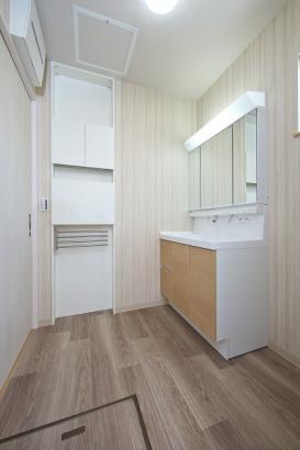 作業に便利な壁面収納付きの洗面所。