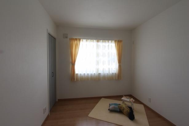 黄色のカーテンがかわいい子供室
