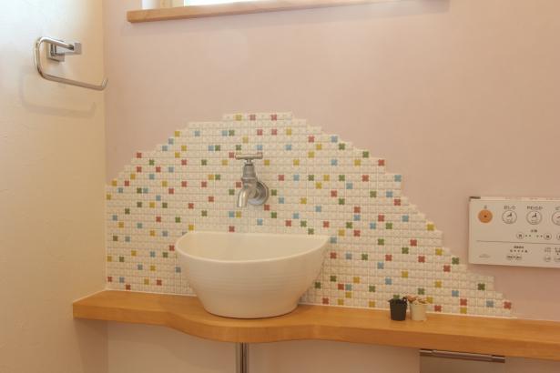 モザイクタイルがかわいい手洗い
