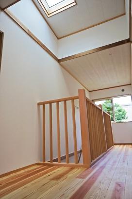 階段の柵も大工の手造りです。