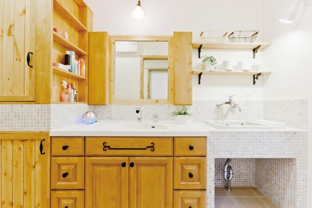 木とタイルでオリジナル造作した洗面台。下洗い用シンクも設け、おしゃれで機能的に。