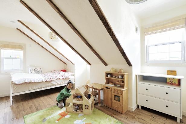 「小公女の部屋のように」とイメージをした傾斜天井の子供部屋