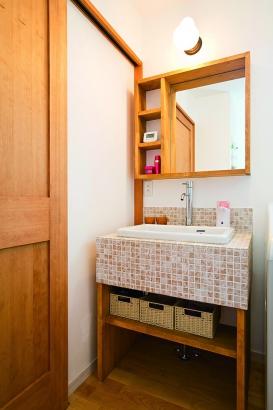 モザイクタイルを使用した造作の洗面台