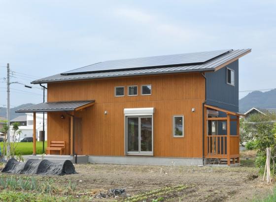 ガルバリウム鋼板の外壁に、南面のみ施した杉板で温かみを加えた外観