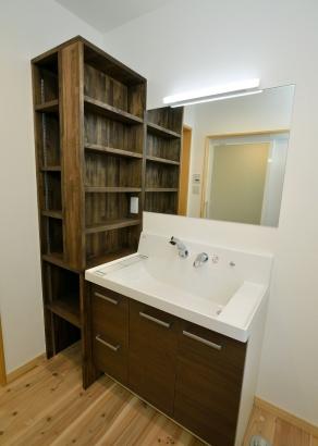 造作の棚を設置した洗面スペース