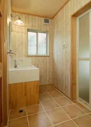 ホワイトのモザイクタイルで、オリジナルの洗面台