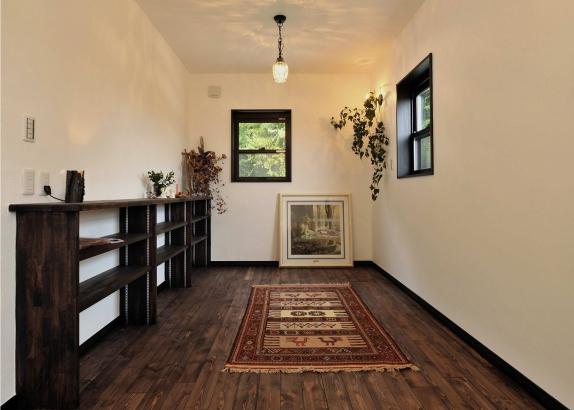 壁や天井は漆喰塗、床はムク板の自然素材がつまったリビング