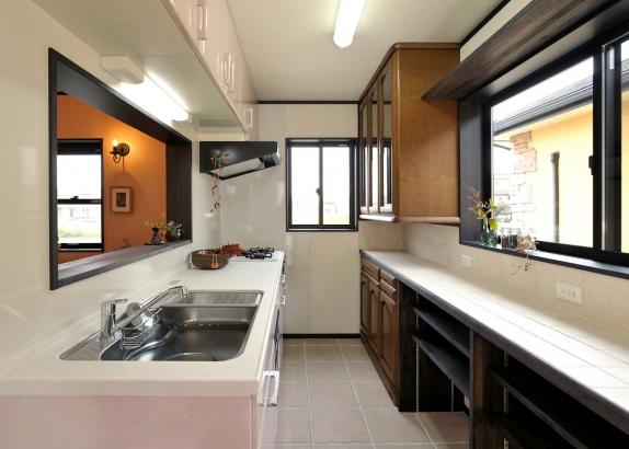 オリジナルの食器棚を設置したキッチン
