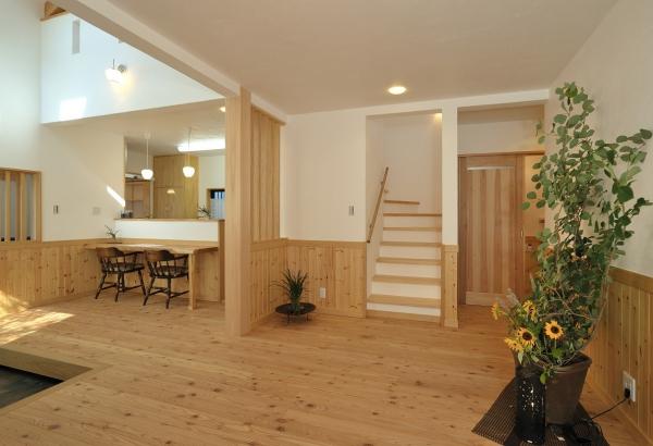 壁には漆喰、フローリングは杉の無垢材を使用したリビング