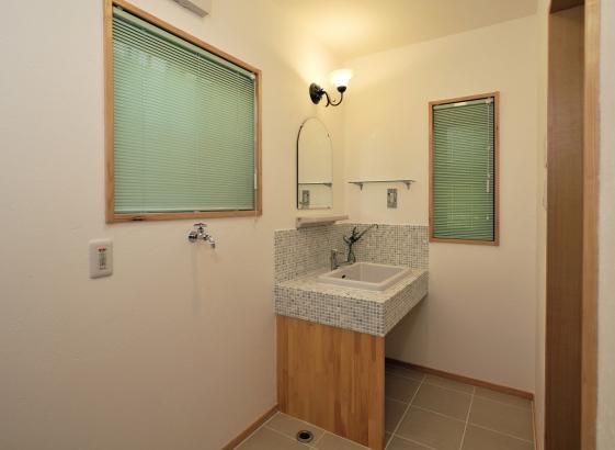 モザイクタイルの造作の洗面台