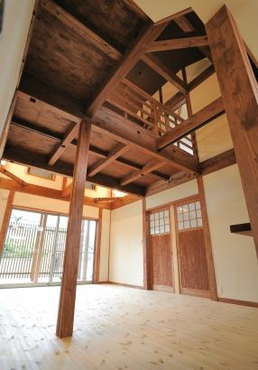 リビングの柱はヒノキ、梁は松を使用