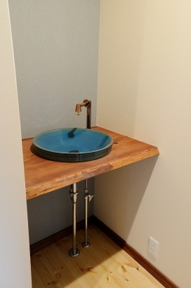 濃紺をアクセントにした造作の手洗いボウル