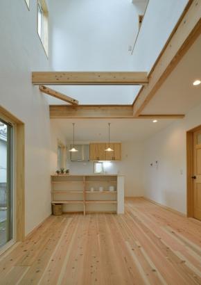 漆喰と無垢の床材を使用したリビング