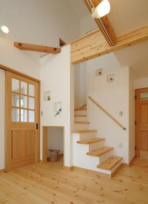 階段下に収納スペースを設けて、スペースの有効活用を。