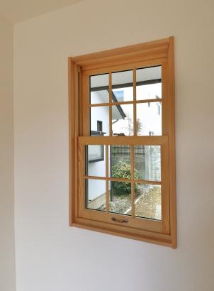 木製の窓を設置