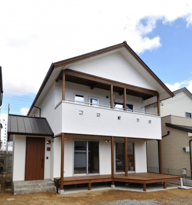 外壁には漆喰、屋根にはガルバニウム鋼板を使用した外観