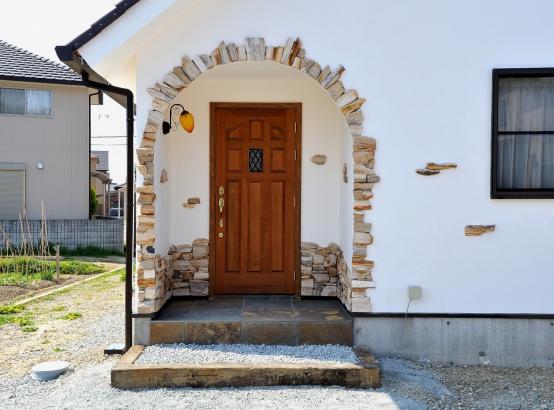 ジュラシックウッドストーンがアクセントの優しい玄関