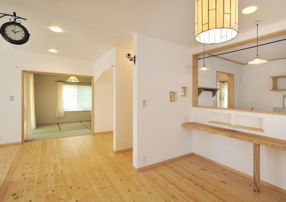 漆喰と、無垢材の床材を使用したリビング