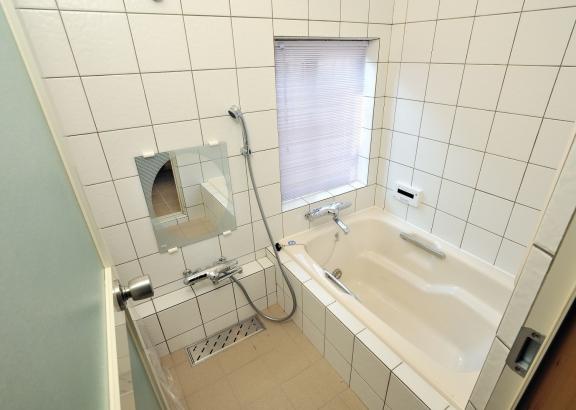 在来工法のタイル張りのオリジナル浴室