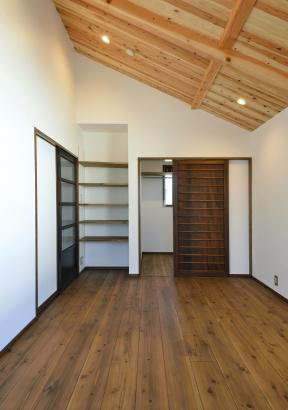 天井と床材には無垢のスギを使用