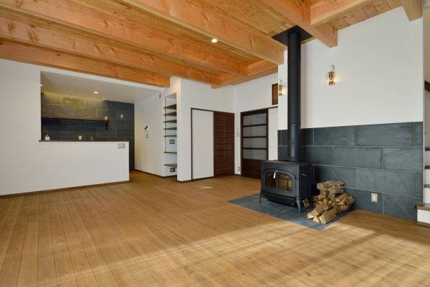 漆喰と無垢の床材のリビング