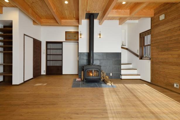 薪ストーブのある暖かいリビング