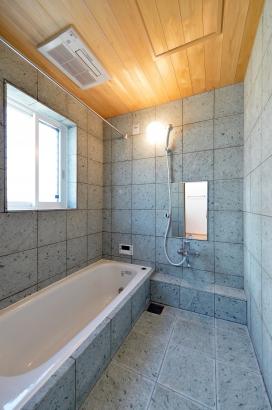 冬でも冷たくない十和田石の浴室