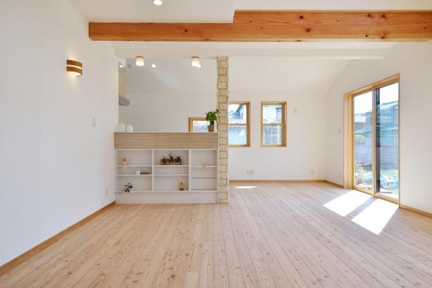 室内には、すべて無垢の床板を使用したリビング