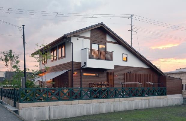 【東面外観】信州のから松+漆喰塗り、モスグリーンの桧のフェンスがアクセント