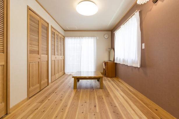 無垢材を使用した温かみある洋室