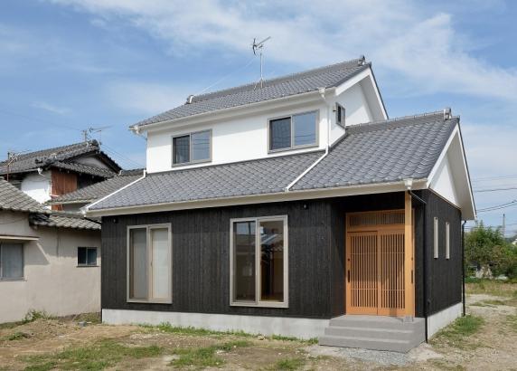 外観 自然素材の家 焼き杉と漆喰壁の家