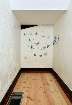 お子さんと一緒に漆喰壁塗りの思い出づくり ビー玉をかわいく飾りつけしました