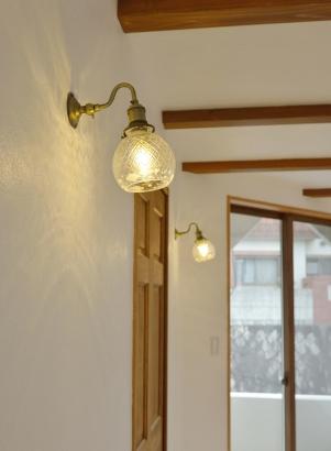漆喰壁に光が反射してキラキラ光る壁付照明