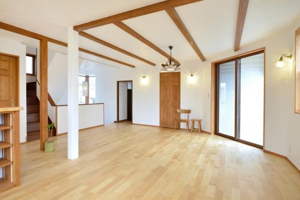 リビング 自然素材の家 無垢材 漆喰壁 自然塗料