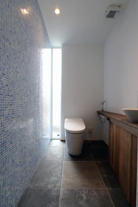 モザイクタイルがアクセント壁のトイレ