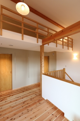 2階ホール。読書スペースや室内干しスペースに