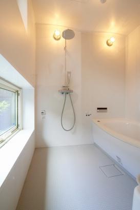 坪庭を眺められる浴室