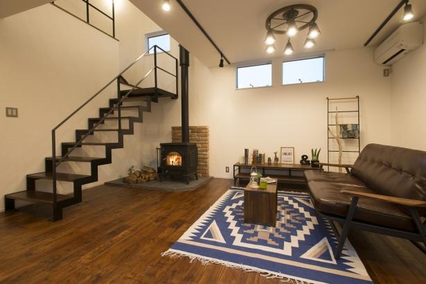 吹き抜け・暖炉・アイアンの階段