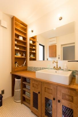 素材感のある実用的な洗面スペース。