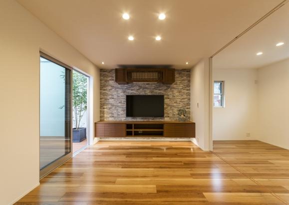 ブルーグレーのアクセントクロスと家具がベストマッチ