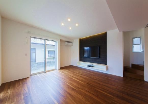 壁掛けテレビと造作のTVボードで壁面をスッキリ見せています